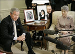 ブッシュ大統領と横田早紀江さん060429.jpg
